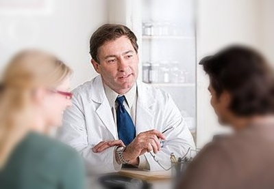 Doctor_talking_to_a_couple